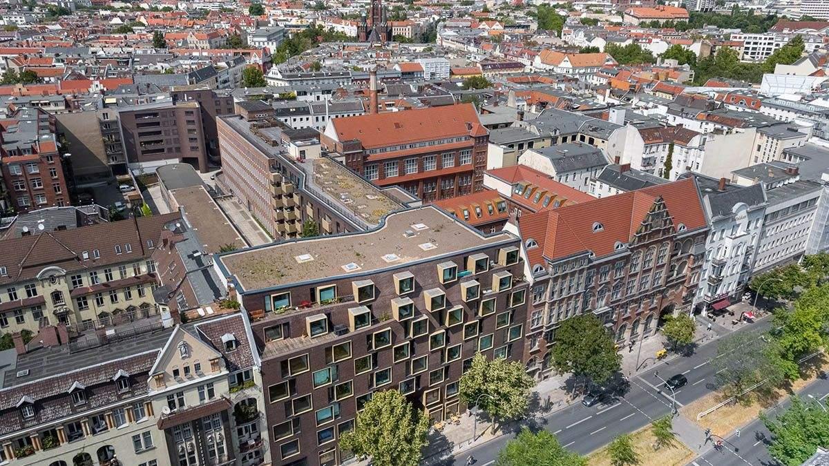 Пиксельная кладка среди исторической архитектуры: многофункциональный комплекс в центре Берлина