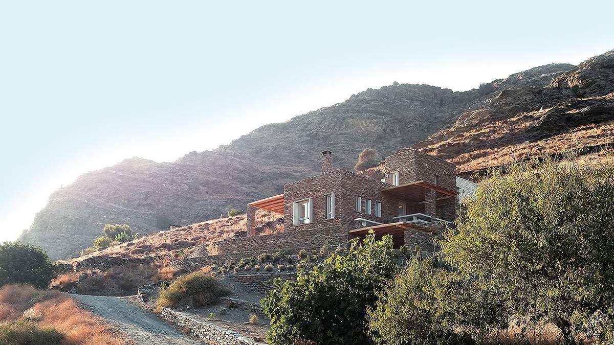Приют среди гор: традиционная каменная вилла в Греции – фото
