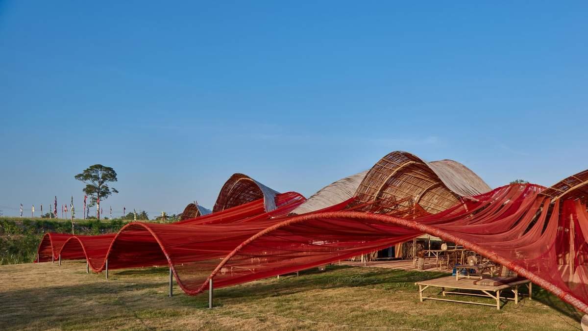 Инсталляция из рыбацкой сетки на берегу озера: в Таиланде построили театральное кафе – фото