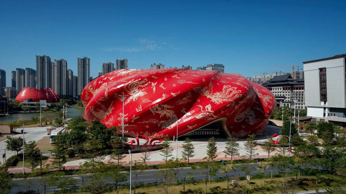 Культура посеред щільної забудови: фото яскравого театру в Китаї