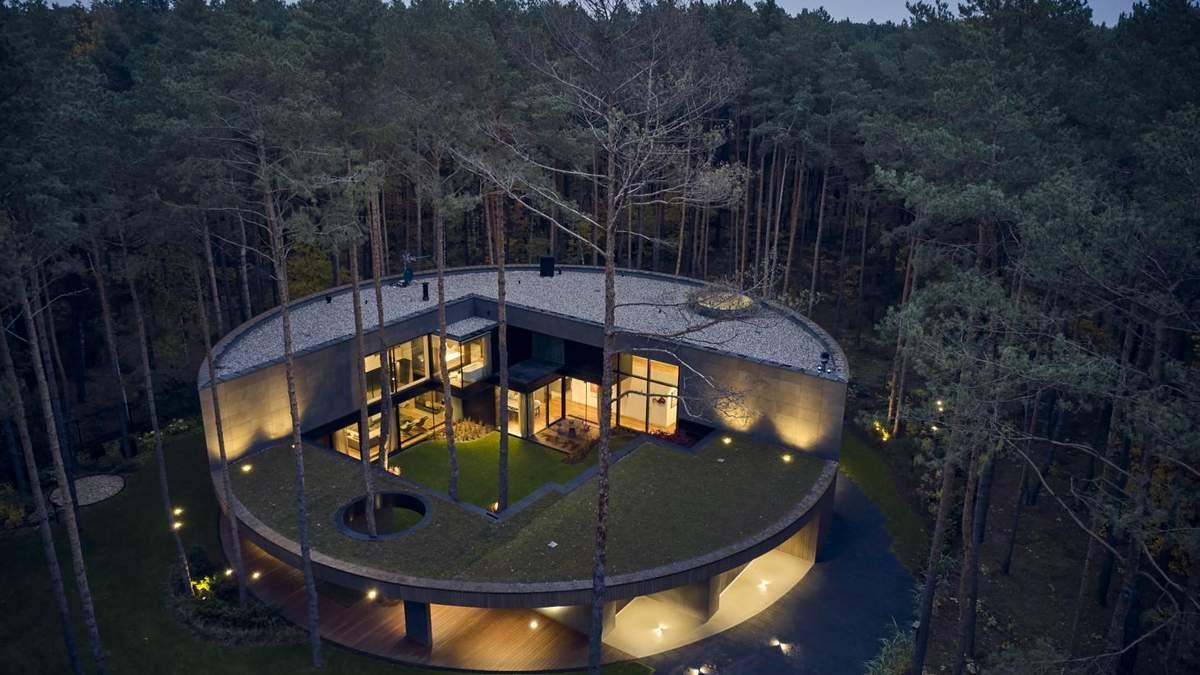 Грандіозна кругла вілла у польському лісі – прекрасні фото неймовірного будинку