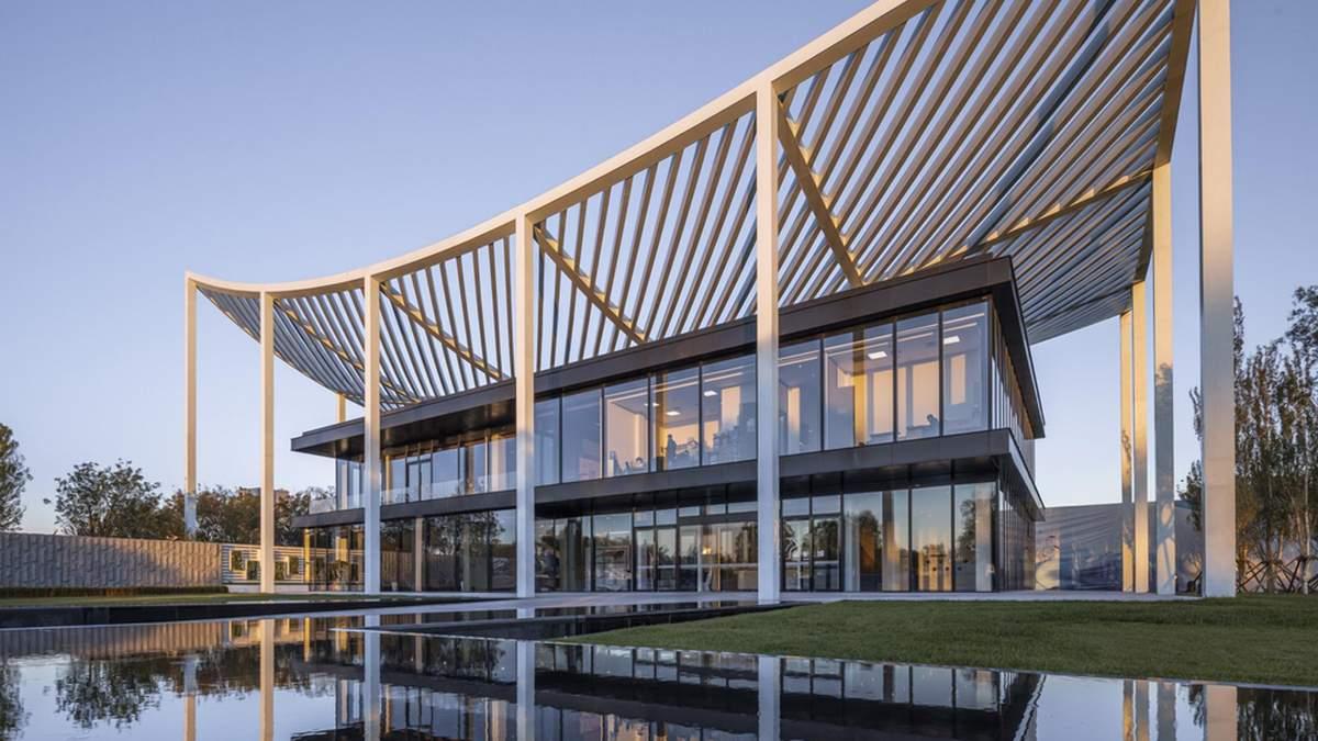 Невагомий дах та штучні водойми: дивовижний проєкт приймального центру – фото