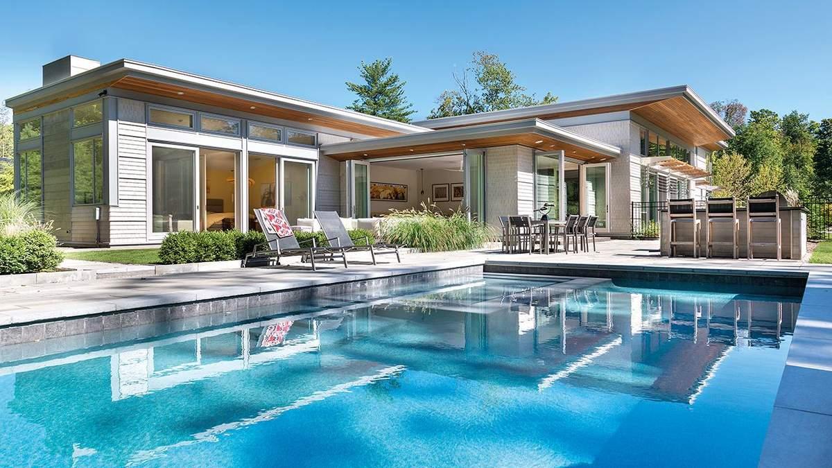 Дом на лужайке: современный особняк с большим бассейном в Массачусетсе – фото