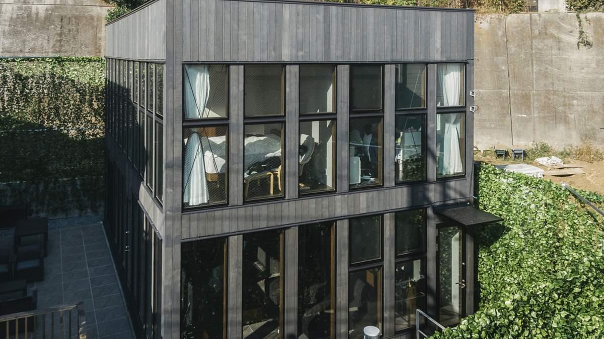 Чорний квадрат за зеленими стінами: архітектурне переосмислення мистецтва у будинку в Японії
