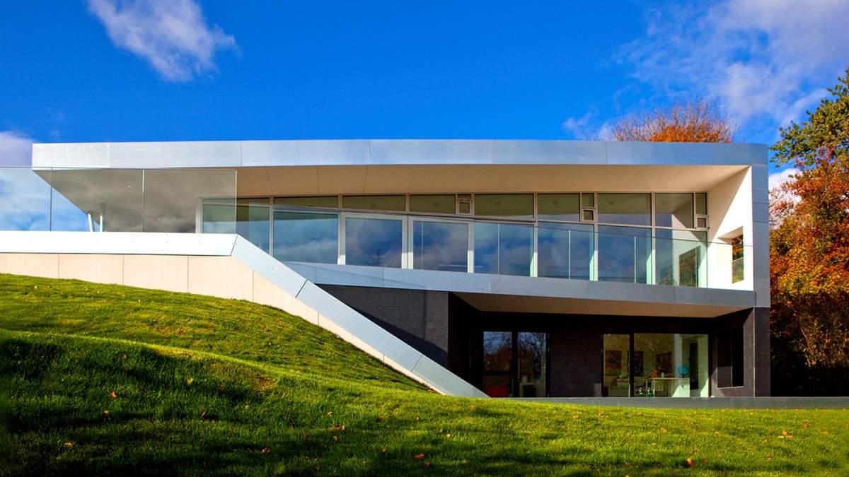Інтеграція в ландштафт: чудовий варіант будинку на нерівній площині –фото