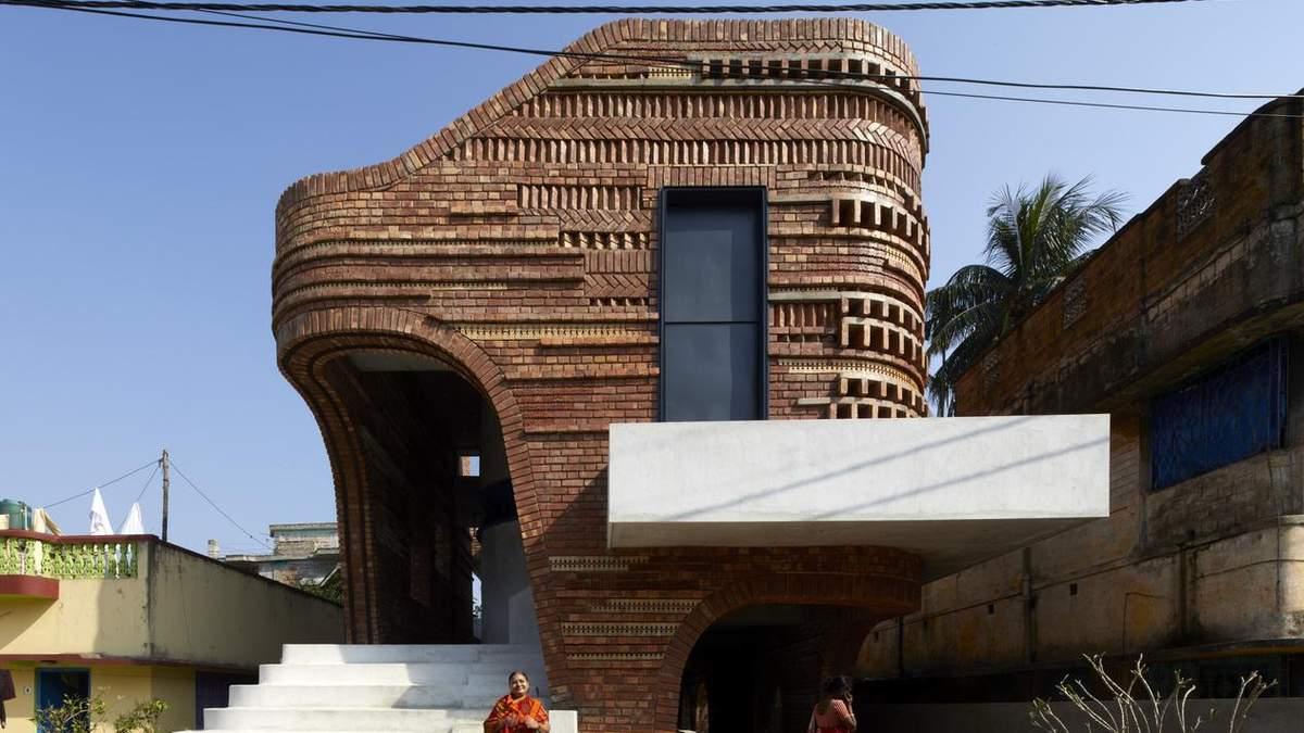 Керамика и старый кирпич: удивительная реконструкция традиционного сооружения в Индии – фото