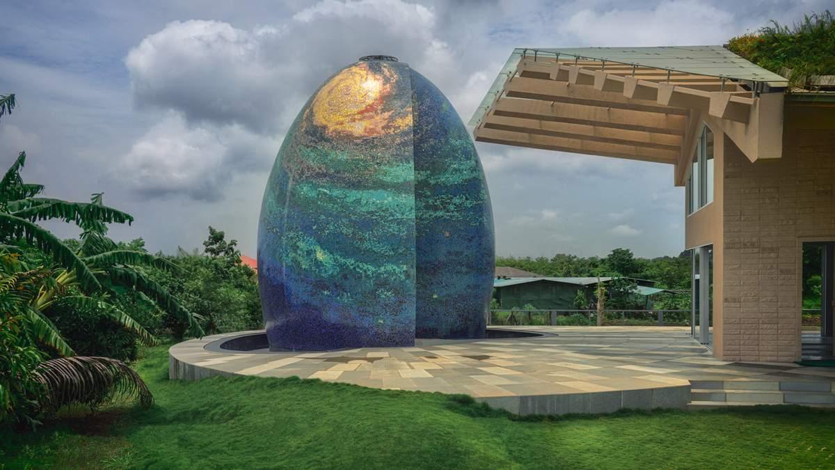 Среди рисовых полей и зелени: в Мумбаи построили уникальный храм в форме яйца – фото