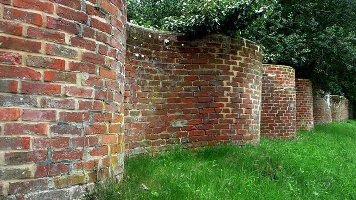 Волнистый забор: почему в Великобритании строили извилистые заборы