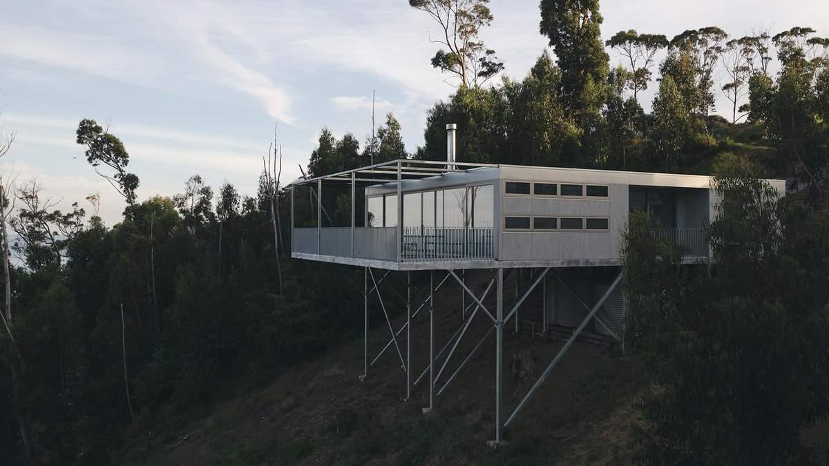 Жизнь над пропастью: уникальный дом на сваях над рекой в Австралии