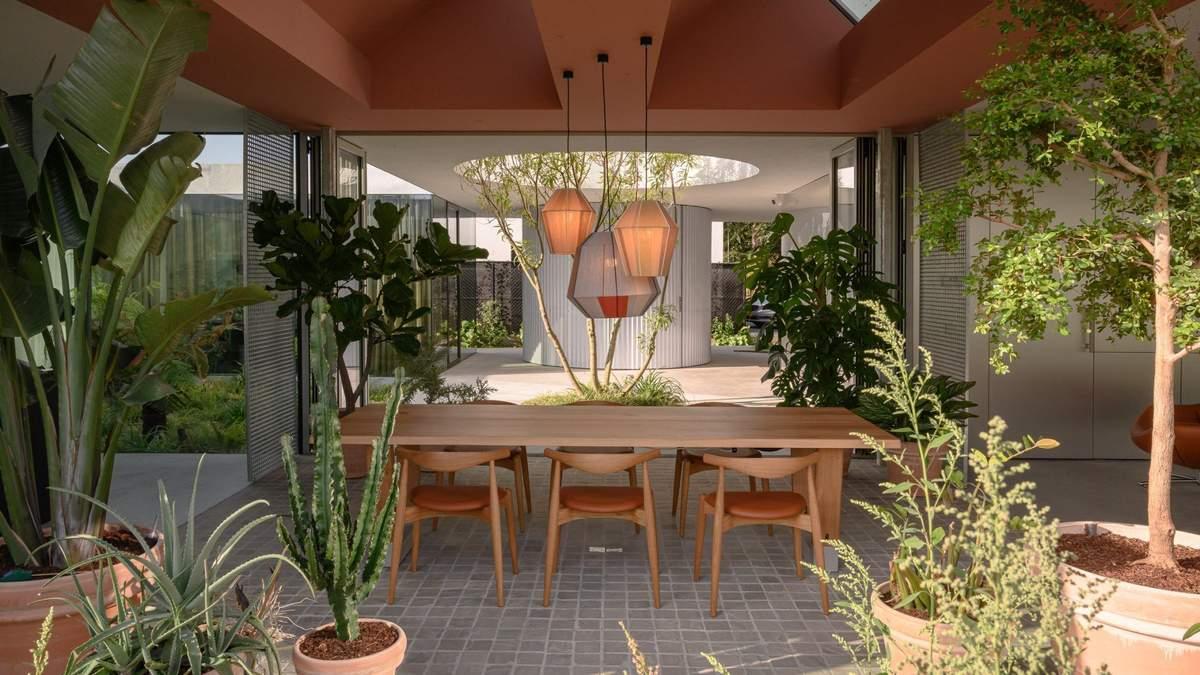 Приятные посиделки: как выглядят стильные летние пространства для обеда и общения