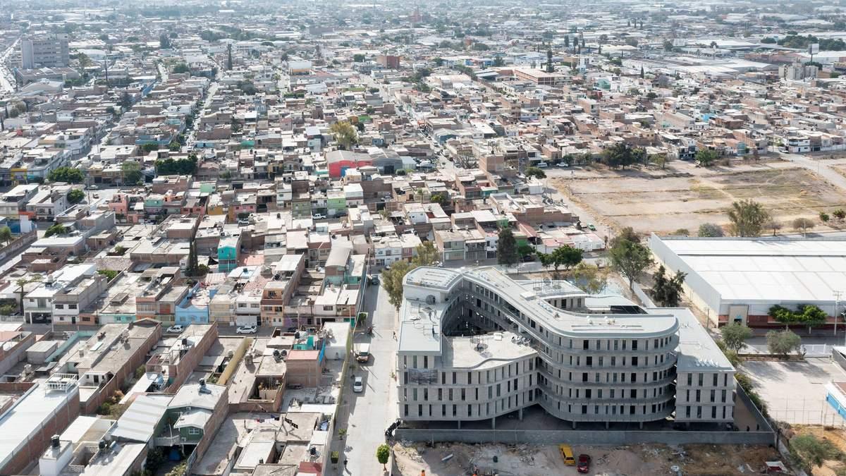"""Неймовірна форма: у Мексиці збудували новітній """"американський"""" житловий комплекс"""