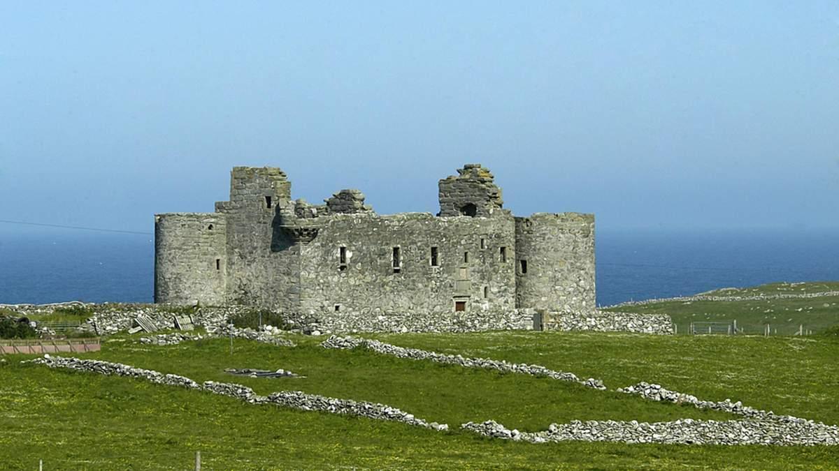 Средневековый замок и титул барона: в Шотландии выставили на продажу удивительную недвижимость