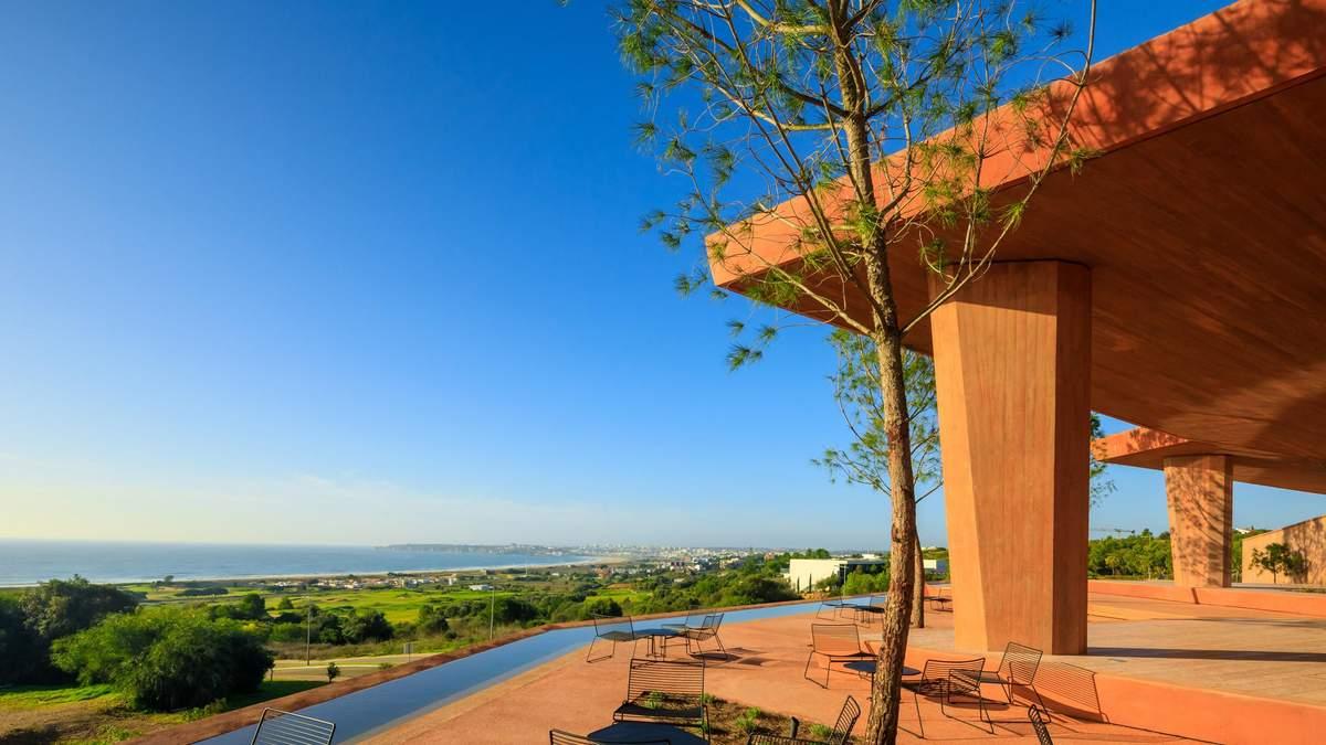 Червона казка: неймовірна вілла на португальському березі океану