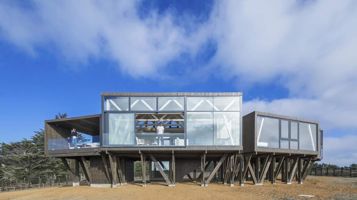 Над землей: очаровательная стеклянная вилла на сваях в Чили