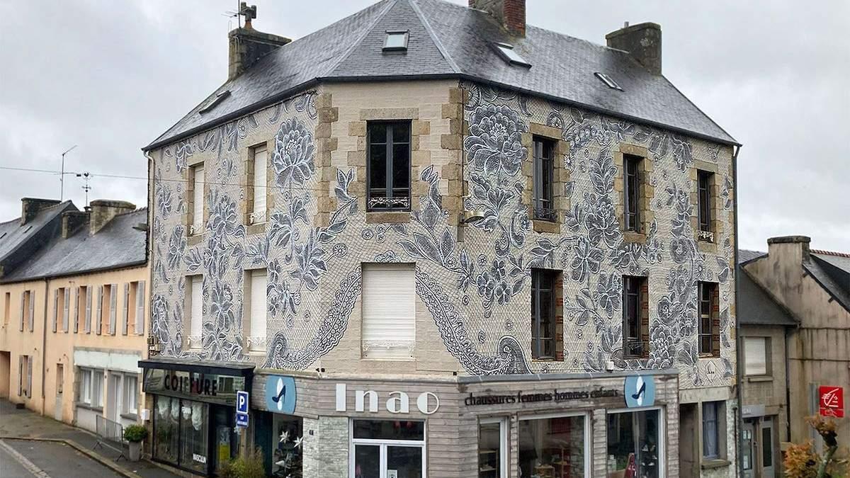 Художница разрисовала фасад дома во Франции изысканным кружевом