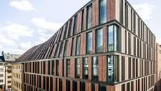 """Зв'язок з історією: в Амстердамі старий будинок пов'язали з новим офісом """"покрученим"""" фасадом"""