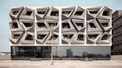 Новинка среди промышленной зоны: в Индии возвели удивительное коммерческое здание