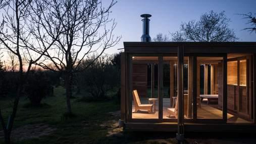 Дыша природой: во Франции построили современный деревянный гостевой домик – фото