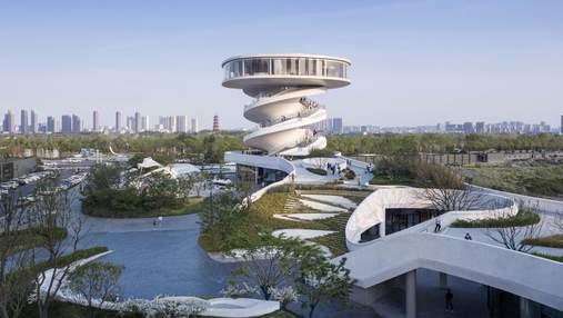 Двойная спиральная башня посреди болота: необычный архитектурный проект из Китая – фото