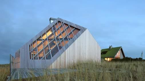 Деревянный алмаз в дюнах: фото необычного дома, который затонул в песке на острове – фото