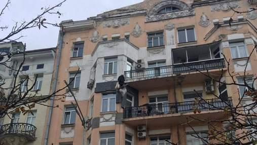 Вместо реставрации: владельцы квартиры нагло разрушают фасад исторического дома в центре Киева