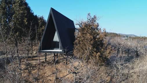 Черный минимализм: как выглядит необычная крохотная хижина на склоне холма в Пекине - фото
