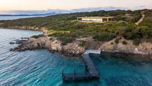 Неперевершена вілла на острові Сардинія, захищена від сторонніх очей водною стихією – фото