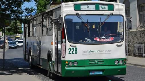 У Луцьку тролейбус врізався у стовп: відео