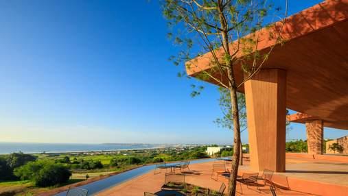Красная сказка: невероятная вилла на португальском берегу океана