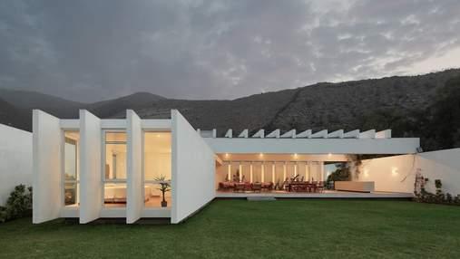 Современность среди гор: дом в Перу, который удивляет совершенным контрастом