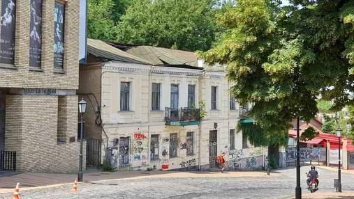 В Киеве на Андреевском спуске провалилась крыша исторического дома: фото