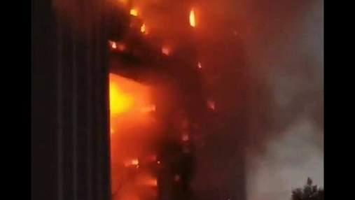 Огонь охватил почти все здание: в Китае вспыхнул небоскреб – жуткое видео